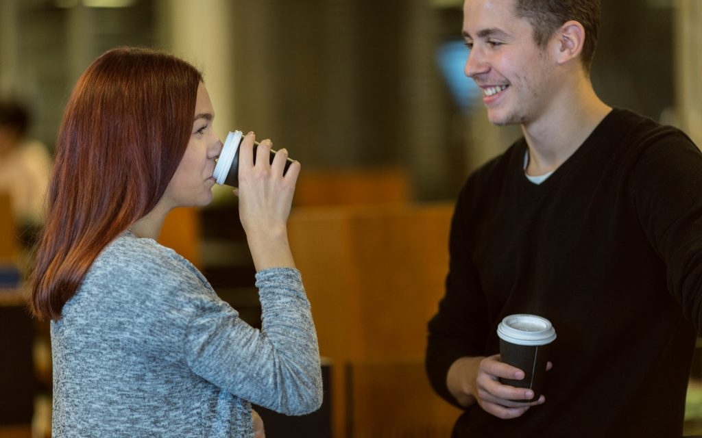 Stehen Stehschreibtisch Kaffeepause