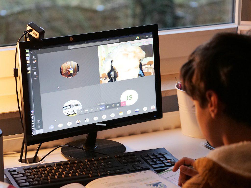 Videokonferenzkamera beim Home Schooling eines Schulkindes - Beste Kamera für Videokonferenz